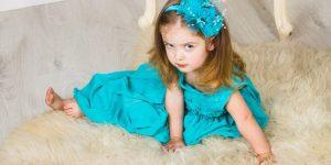 Аленка и черная «бабочка» (Детские рассказы) Ах, какое чудесное платье пошила Аленке мама! Настоящую матроску из тонкого голубого шелка, по которому шли продольные золотые ниточки.