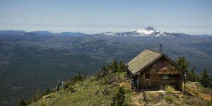 Ключ (Дитячі оповідання) Костик живе у маленькій хатині на самісінькій вершині високої гори із стародавньою назвою Панська гора.
