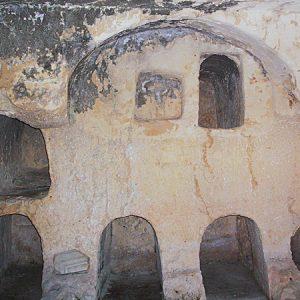 Акелдама. Древняя еврейская погребальная пещера с нишами для тел.